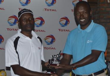 Kasasa Dwaga golf-GTLSM presenting trophy to Mens winner